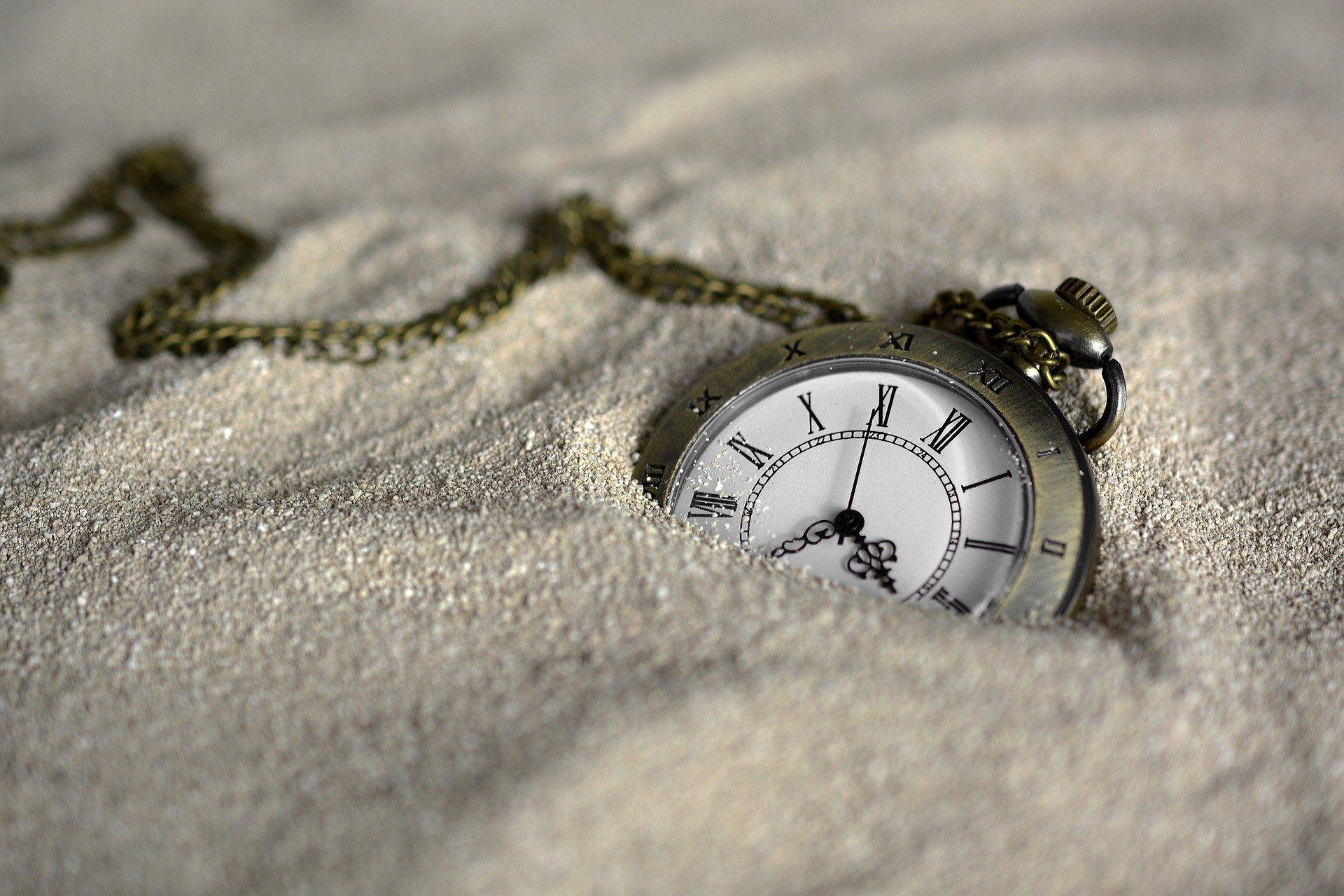 Boussole dans le sable, confier recherches voyage