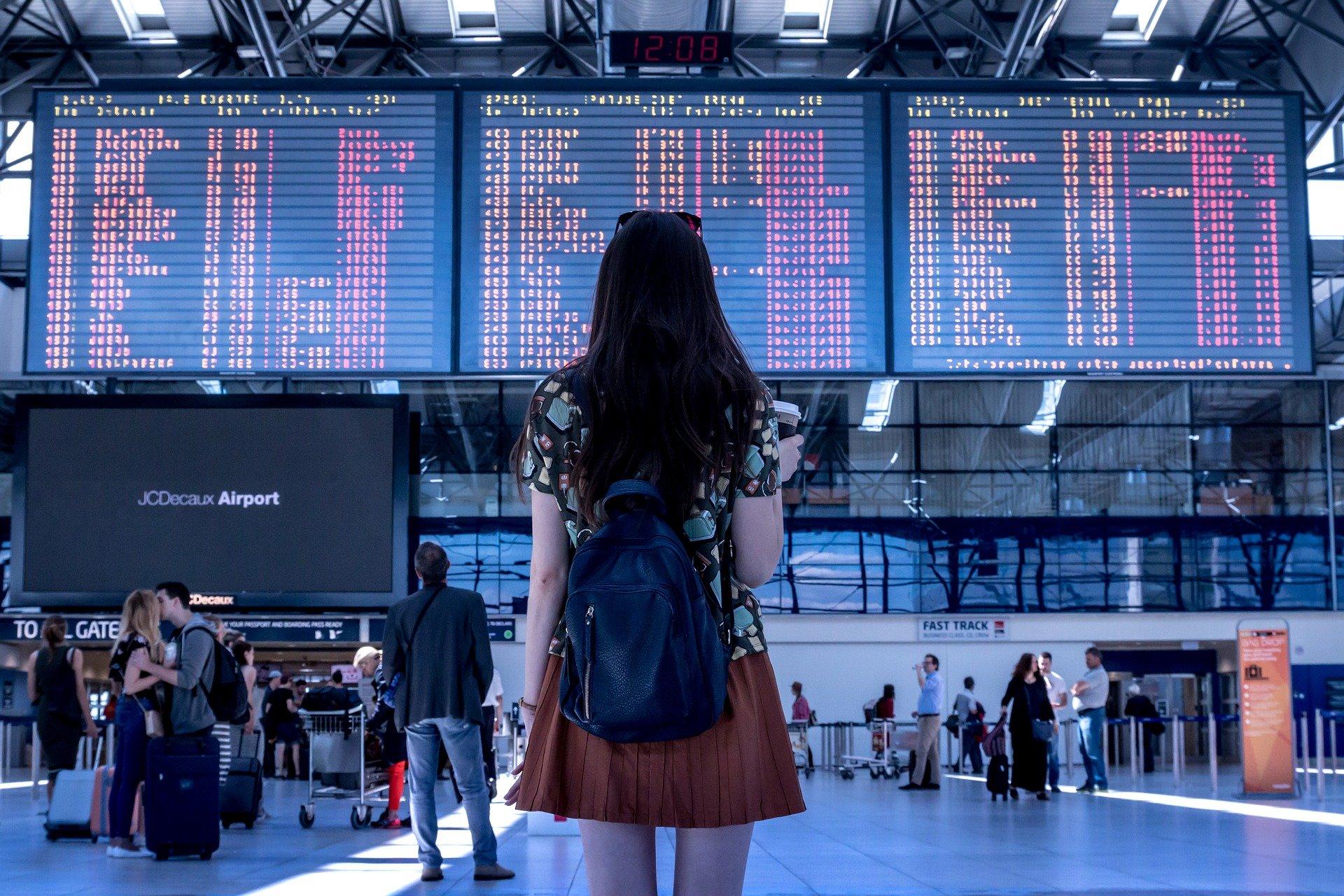 Femme dans un aéroport, Salmon Voyages